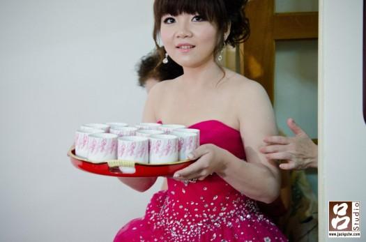 漂亮新娘出場,端的茶來給長輩喝