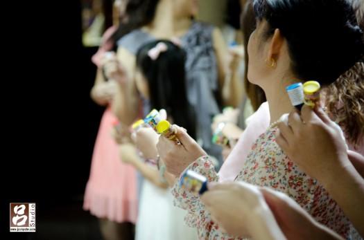 婚禮現場的賓客準備等新婚的新人進場拉炮