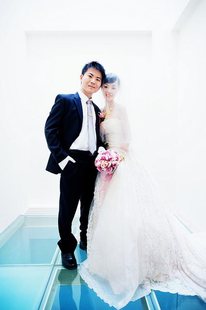 在新人住家內拍攝的類婚紗照