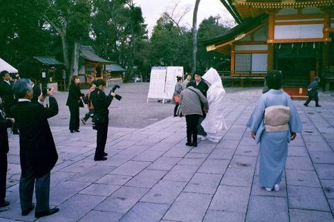 日本的婚禮記錄攝影師,穿很正式