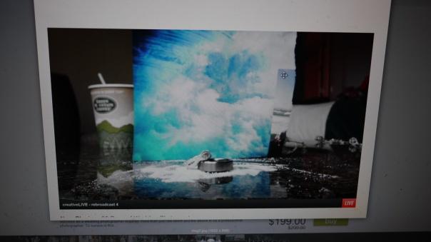 使用雜誌上的照片當背景, 前面沙是咖啡的糖包