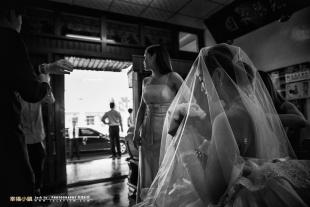 新娘等待吉時出發黑白照