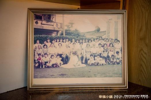 新娘的父母當天的結婚的傳統的合照擺在家中客廳