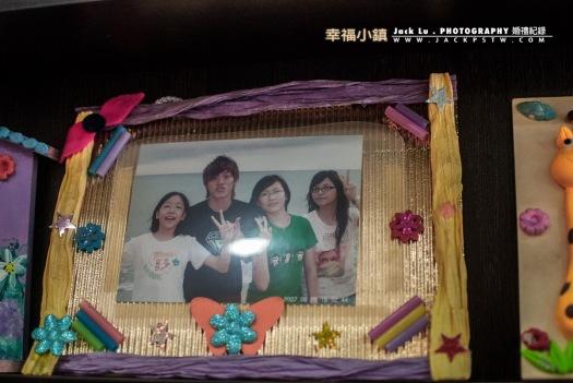 新郎官與他姐妹小時照片在客廳的櫃子