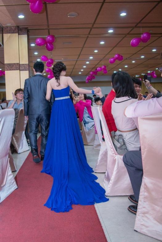 新娘子看到很久不見朋友參加她的囍宴, 很有默契的與賓客合掌