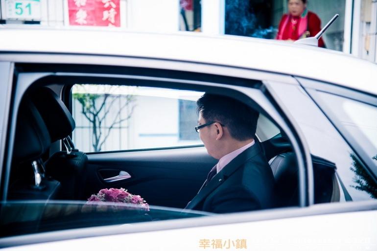 新郎官在車上等待女方的家人前來