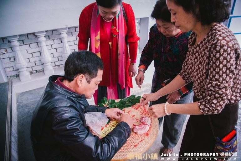 新娘父母在外面準備儀式的東西,綁豬肉, 我在想新人坐禮車時,後面不會傳來臭味?