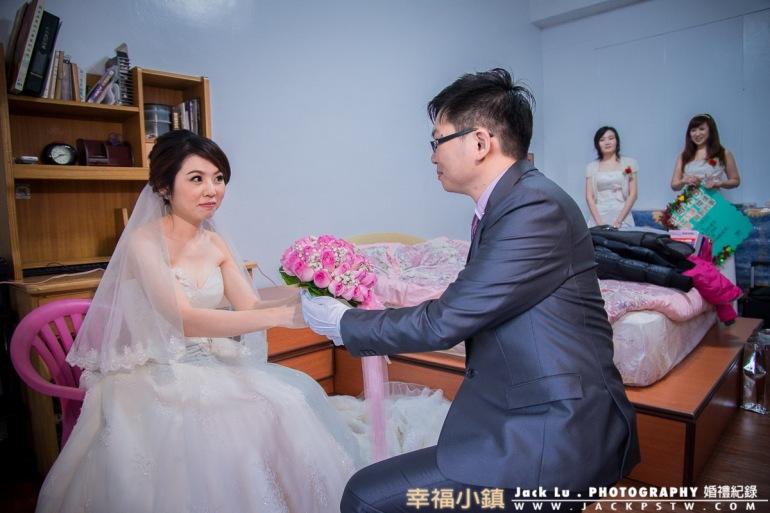 穿白紗的新娘接受捧花
