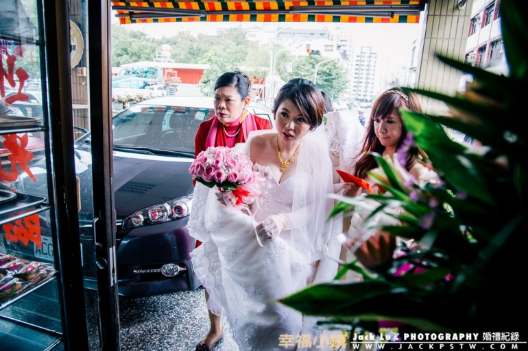 新娘子看到很多親戚有點嚇到