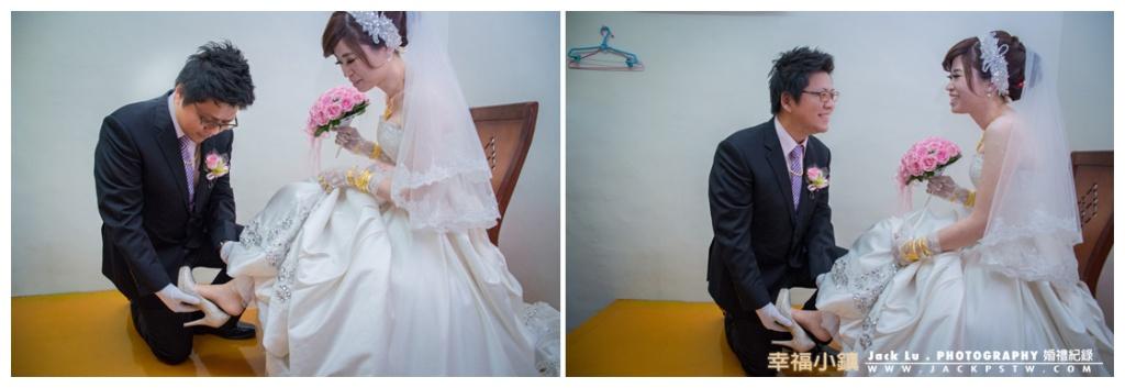 新郎送捧花完幫新娘穿上婚鞋