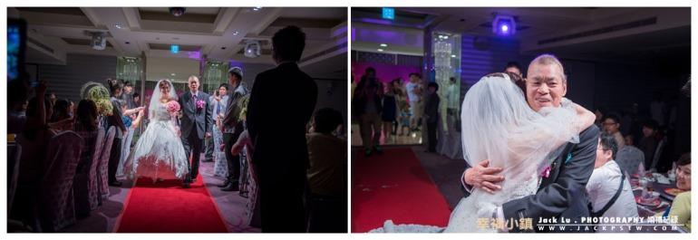父親牽的新娘進場,還好這次寒軒宴會廳夠長比較容易拍到這樣的畫面