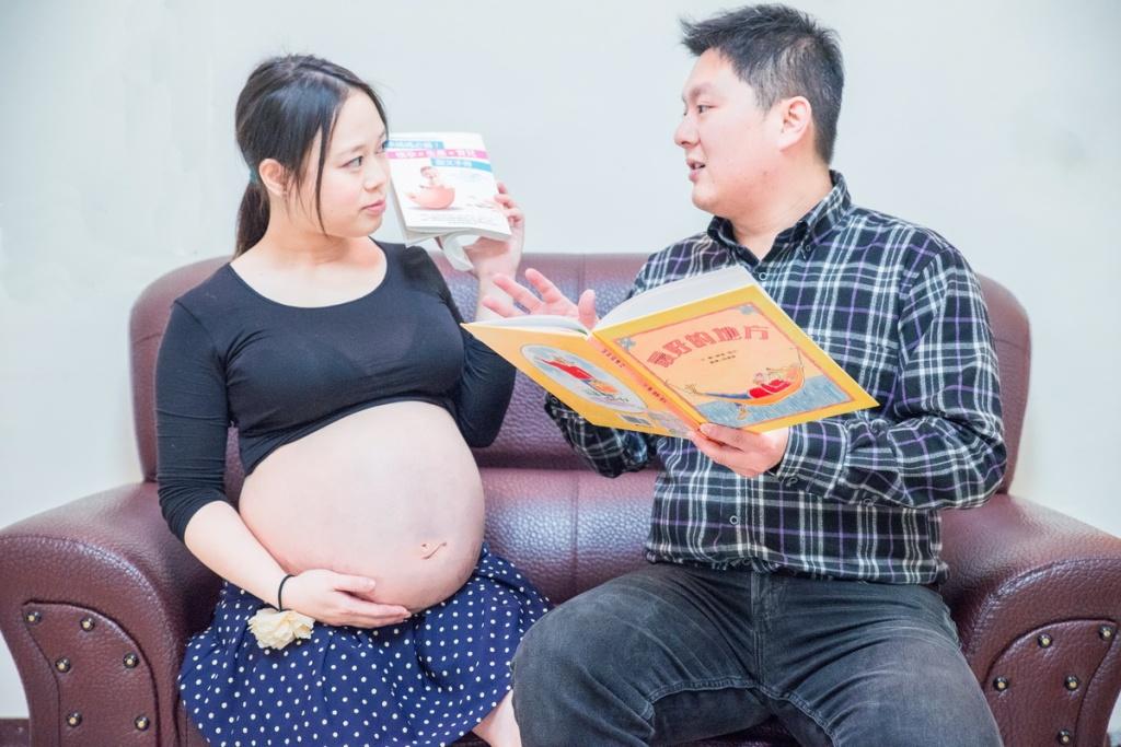 準父親已經開始練習說故事給還在媽媽肚子的小baby聽了
