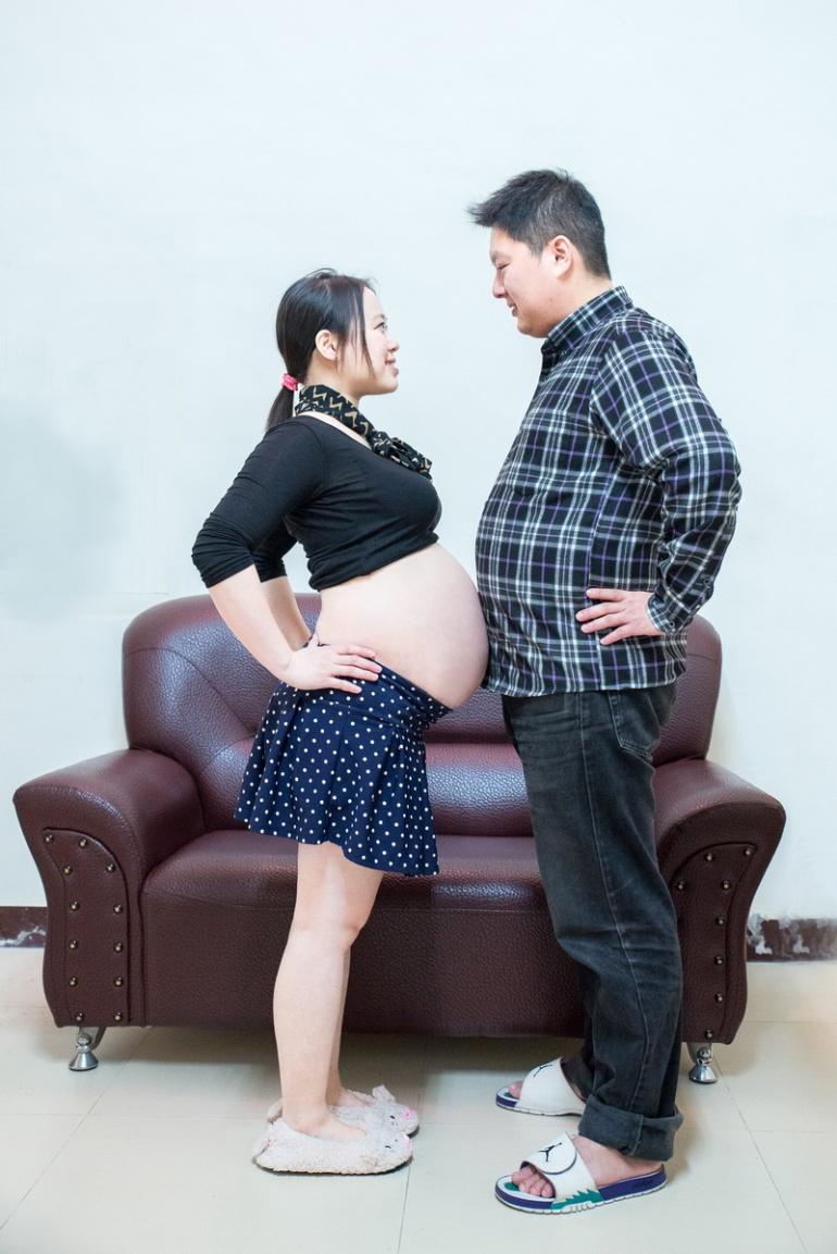 準父親和孕婦一起比誰的肚子比較大