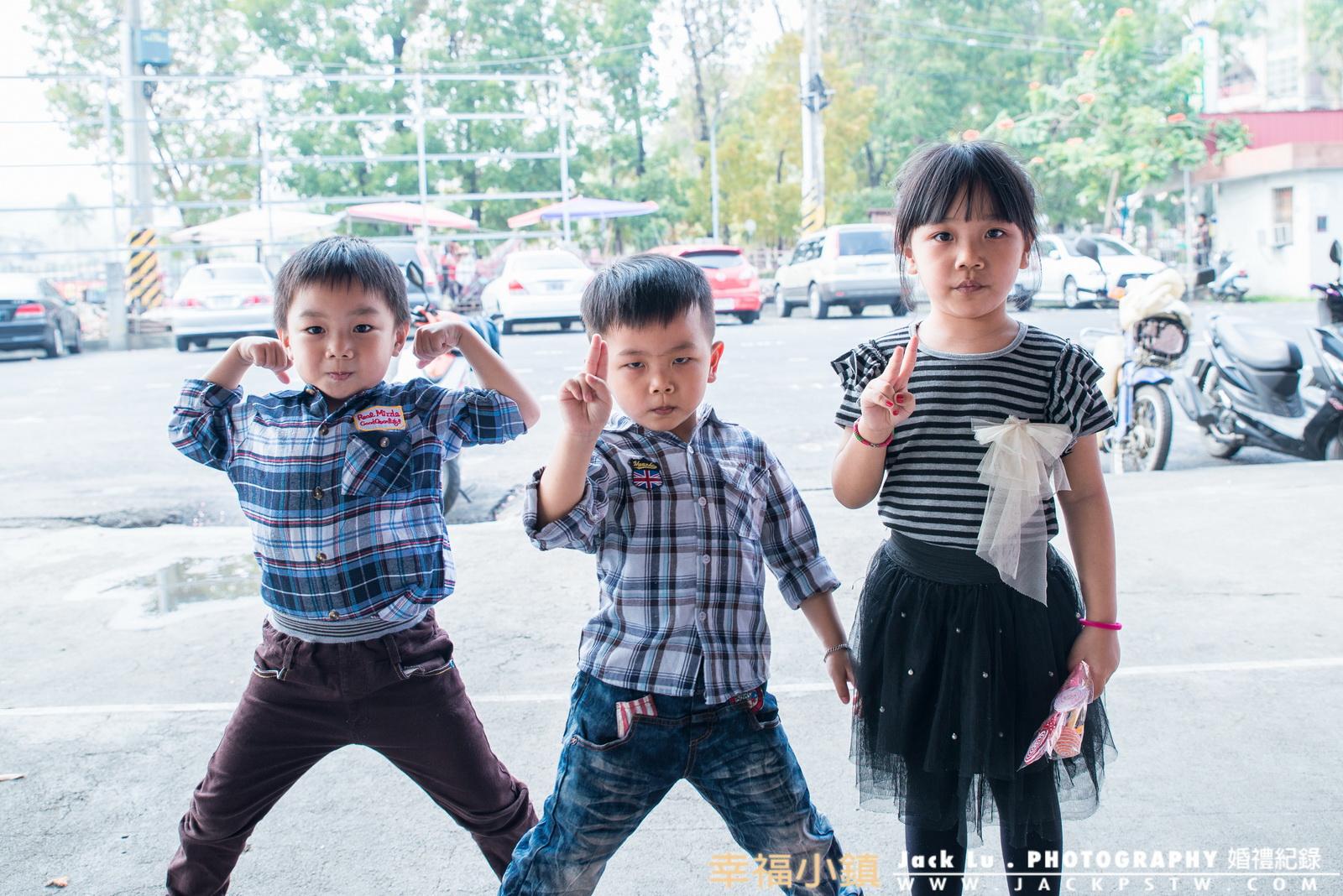 調皮的小孩故意擺出像超級英雄的樣子