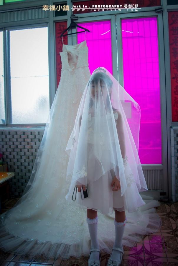 其實這張照片我是有點參考外國婚攝作品,剛好時機對了就叫花童自己玩白紗,比較可惜的是角度上太斜了,想要在拍正面一點,小朋友跑掉了