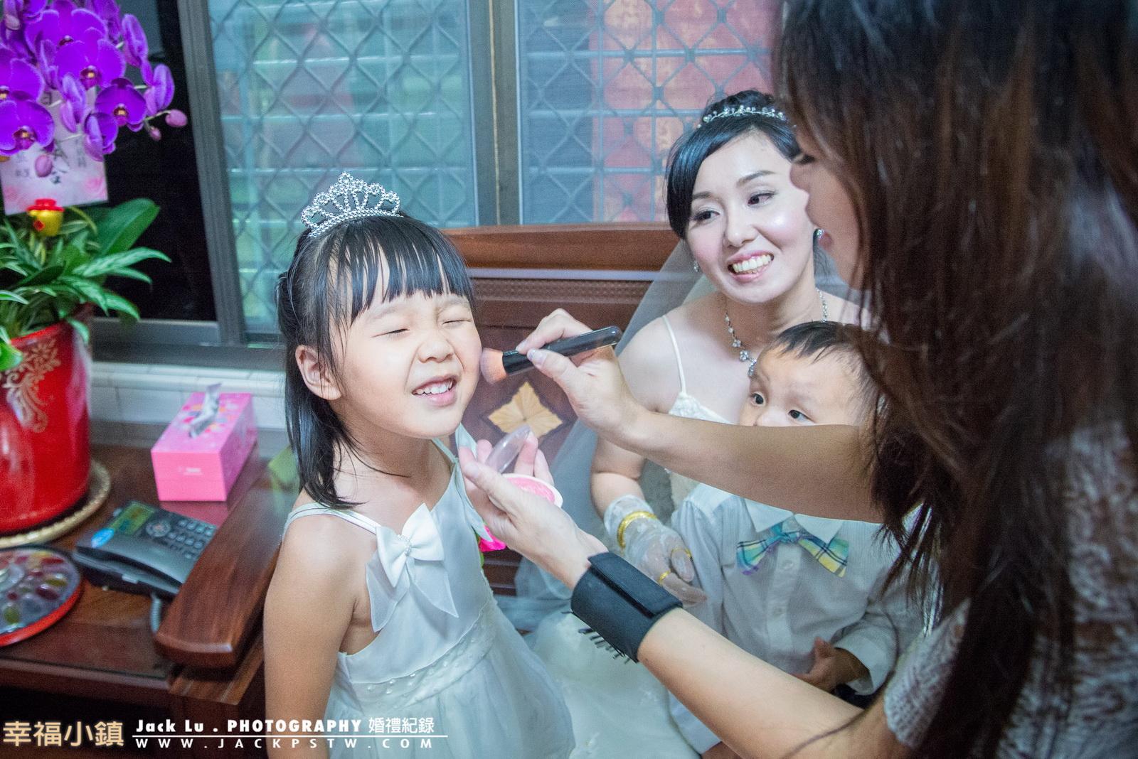 小花童看到新秘在幫新娘補妝也吵的要畫妝!當新秘幫助她時又感覺很癢