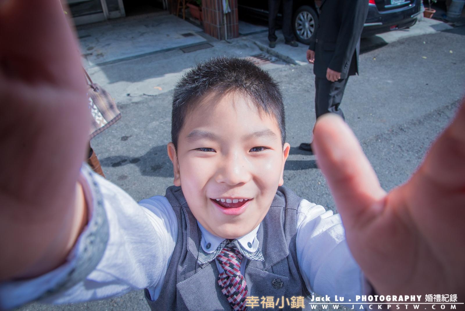 婚禮記錄-小孩-小朋友-照片:小花童看到我在拍他