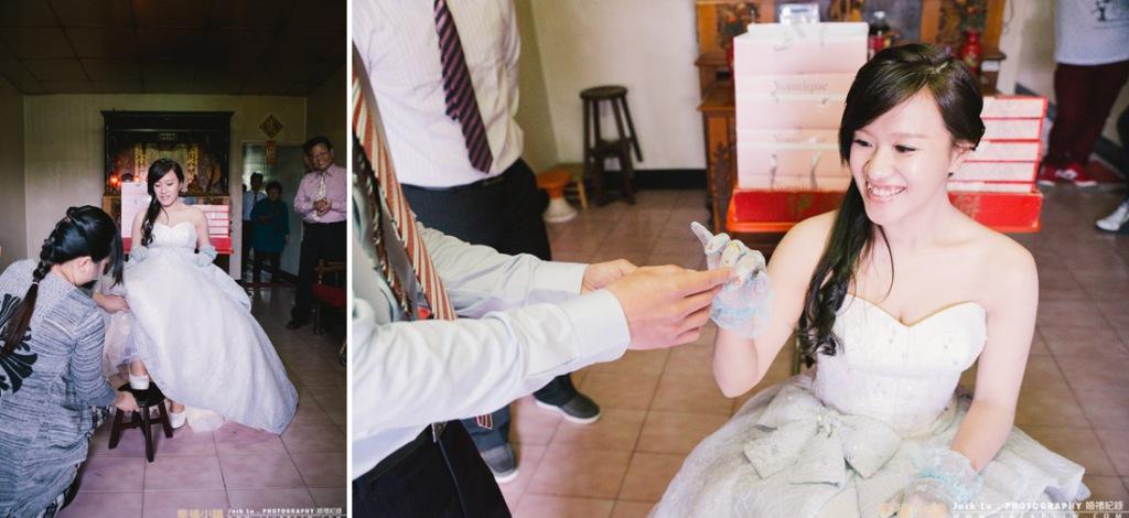 準新娘面向外坐在正廳中的高椅上,腳放矮椅上準備戴戒指