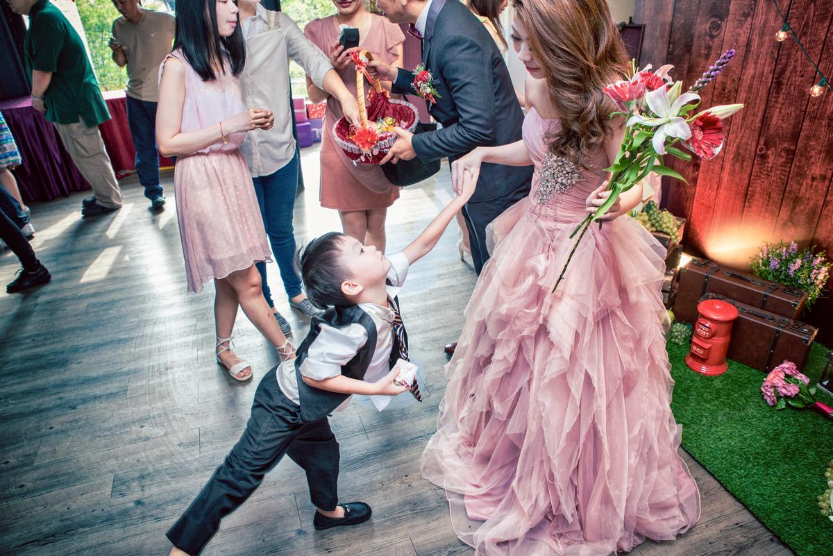 小花童在跟新娘跳舞