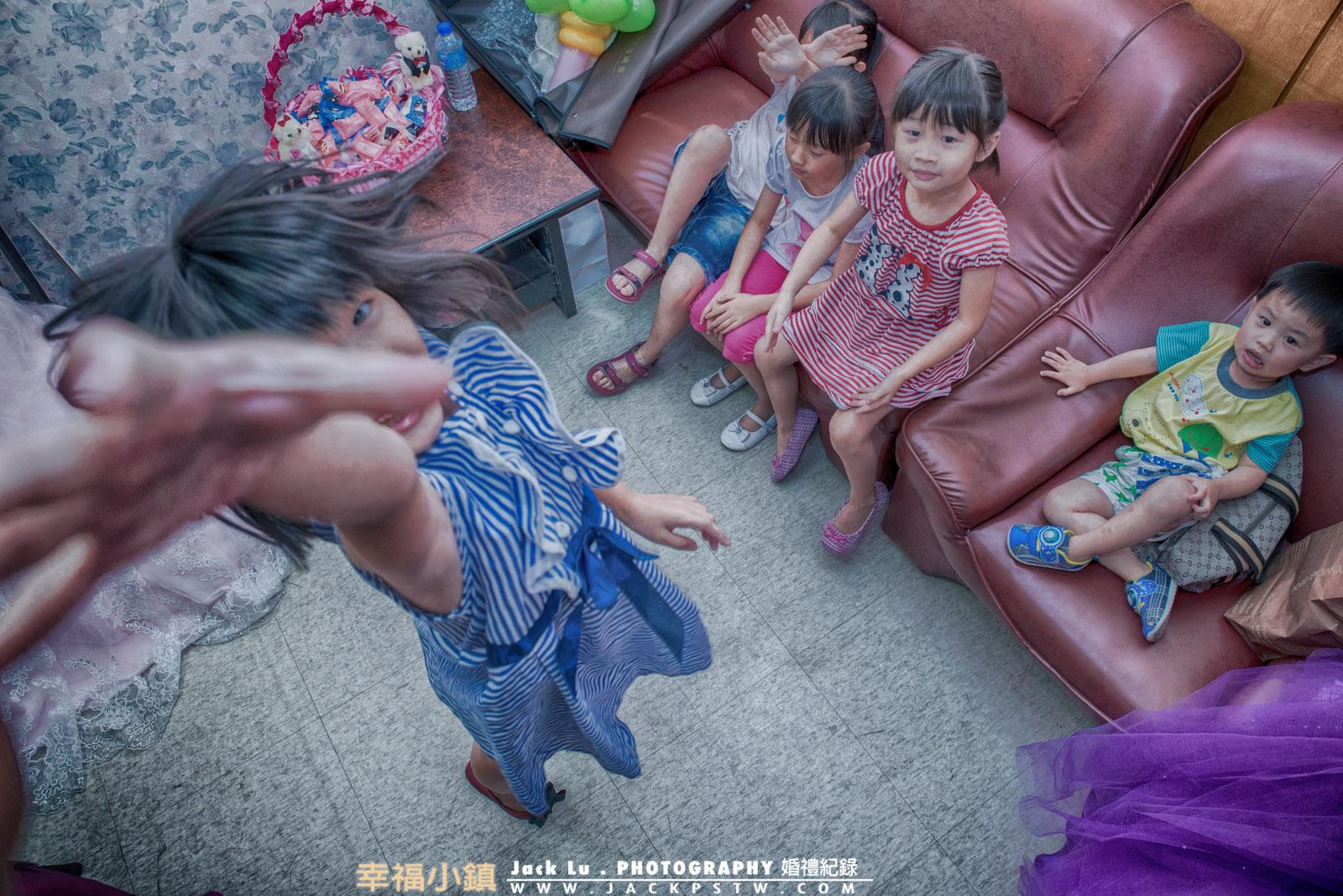 在新娘休息室,調皮的小朋友(高雄瑞峰喜宴廣場),想抓婚攝的鏡頭,還好攝影師夠高!