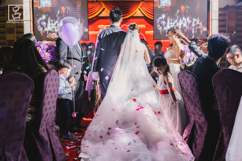 小花童看到新娘進宴會場的漂亮的白紗裙擺