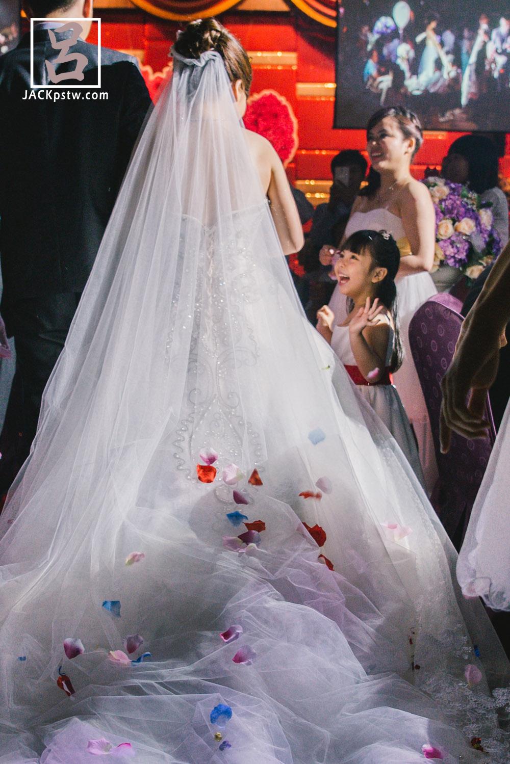 新娘進場時,小朋友看到現場燈光打在白紗,露出開心的表情