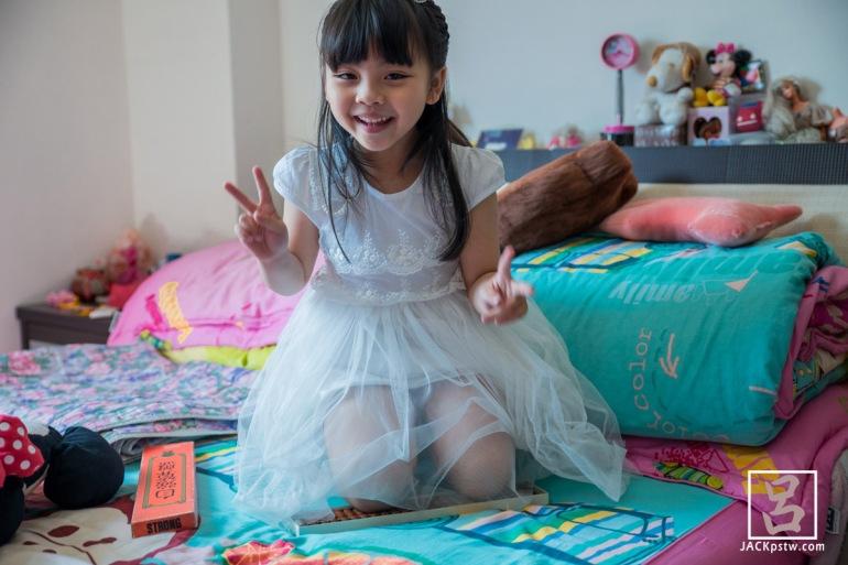 小花童在活潑,被要求跪算盤, 跪了還那麼開心