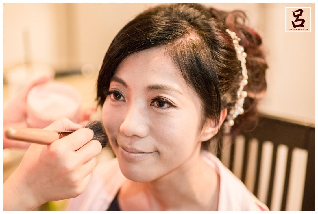 新娘化妝中