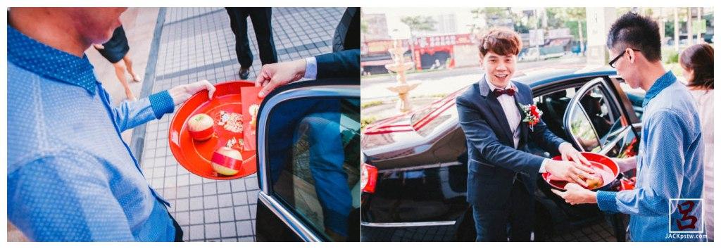 到處飯店門口,年輕男晚輩捧著蘋果開車門請新郎下車