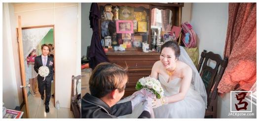 新娘看到新郎送上捧花笑的超開心