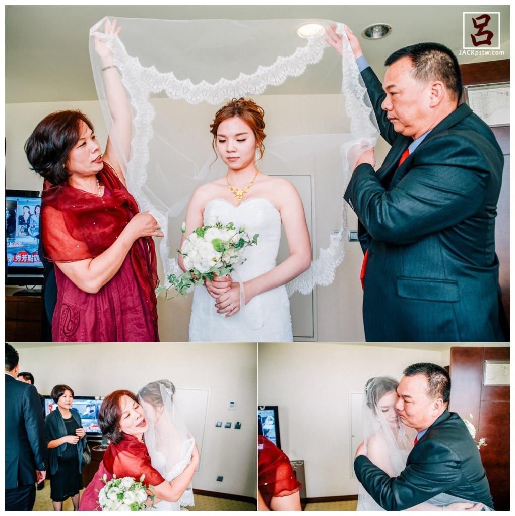 父母親自為出嫁的女兒蓋上頭紗,給予祝福