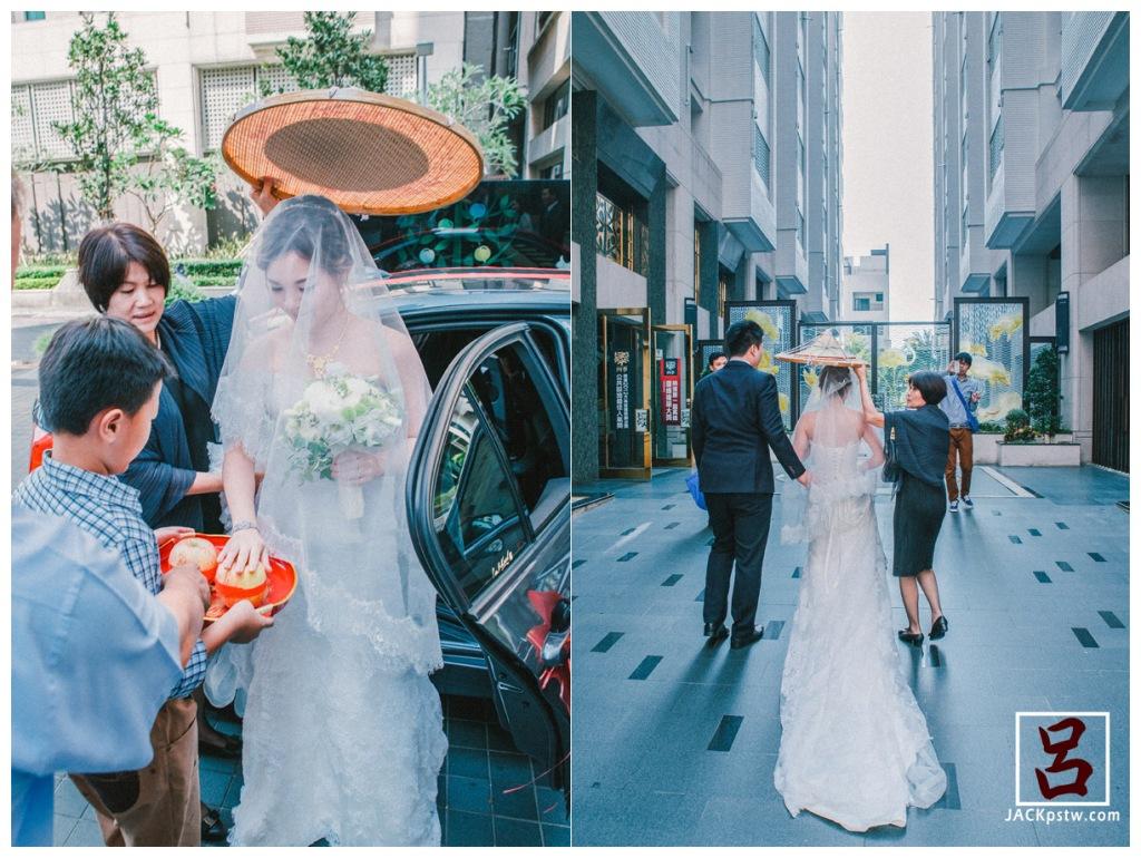 男童開車門請新娘下車,新娘摸橘子俗稱「拜轎」。這兩個橘子要放到晚上,讓新娘親自來剝,意謂可招來「長壽」。
