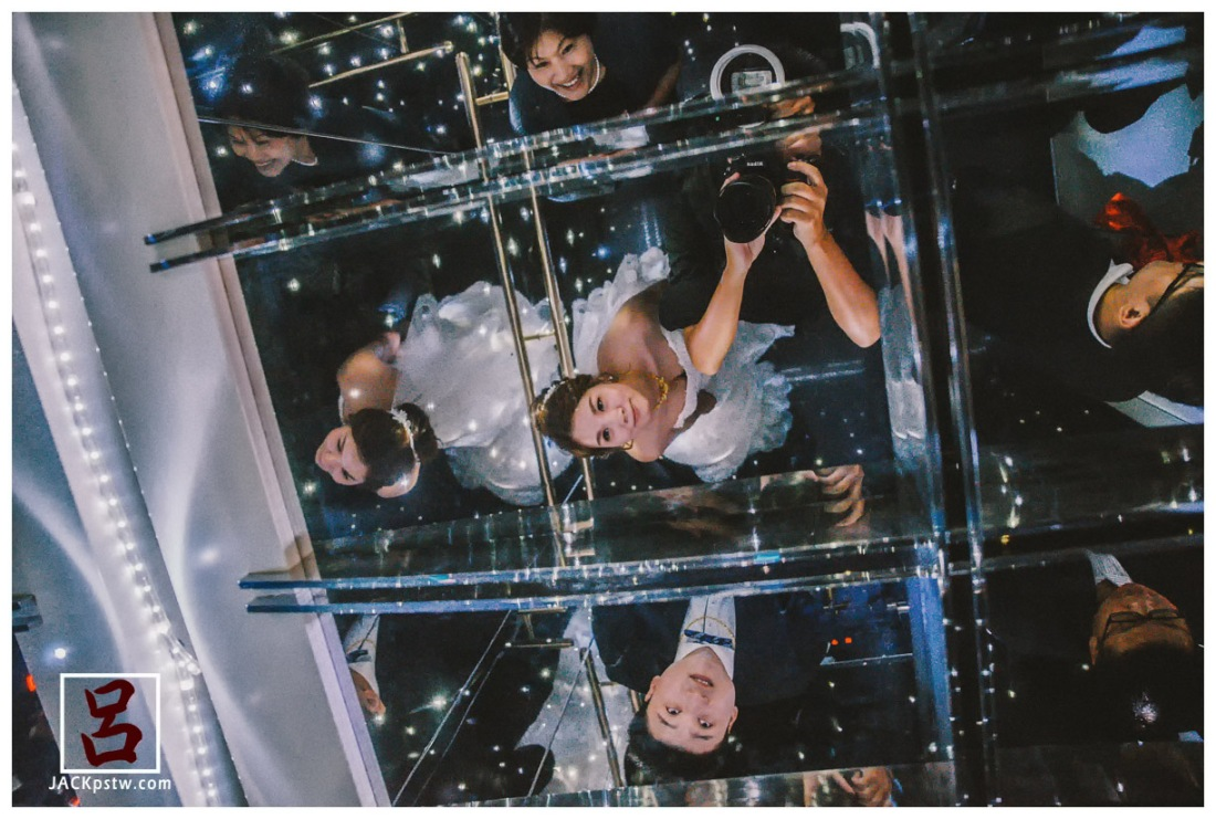 漢來巨蛋會館的電梯抬頭一上滿天星