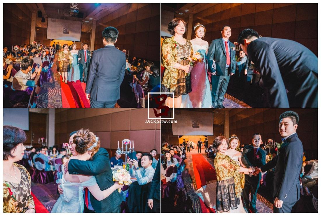 父母牽的新娘進場, 把手交給女婿, 其實看的出來新娘相當的不捨