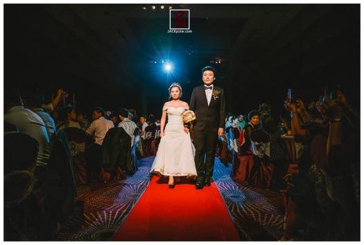 今天是你們舞臺,新郎牽的新娘緩緩走向主桌