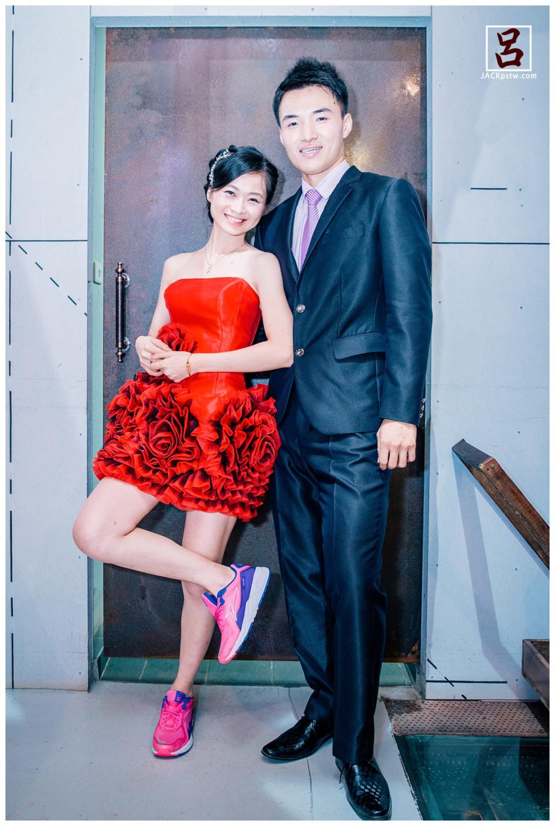新人準備出場, 新娘特別換上運動鞋, 等下將以跳舞方式進場