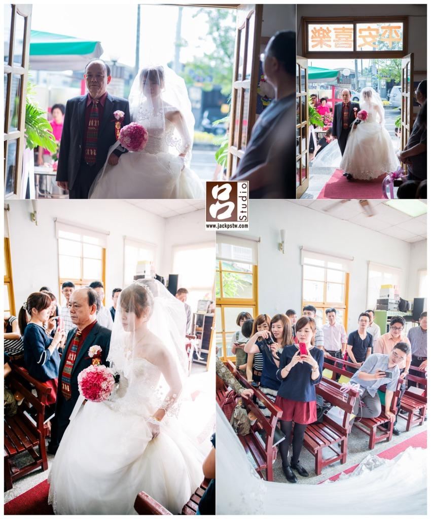 新娘與父親入場,新娘手持捧花與父親由大門進場
