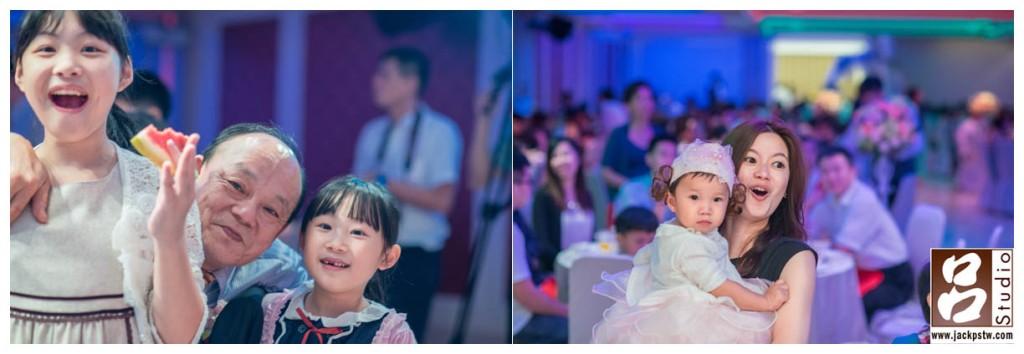 阿公與孫子拍照