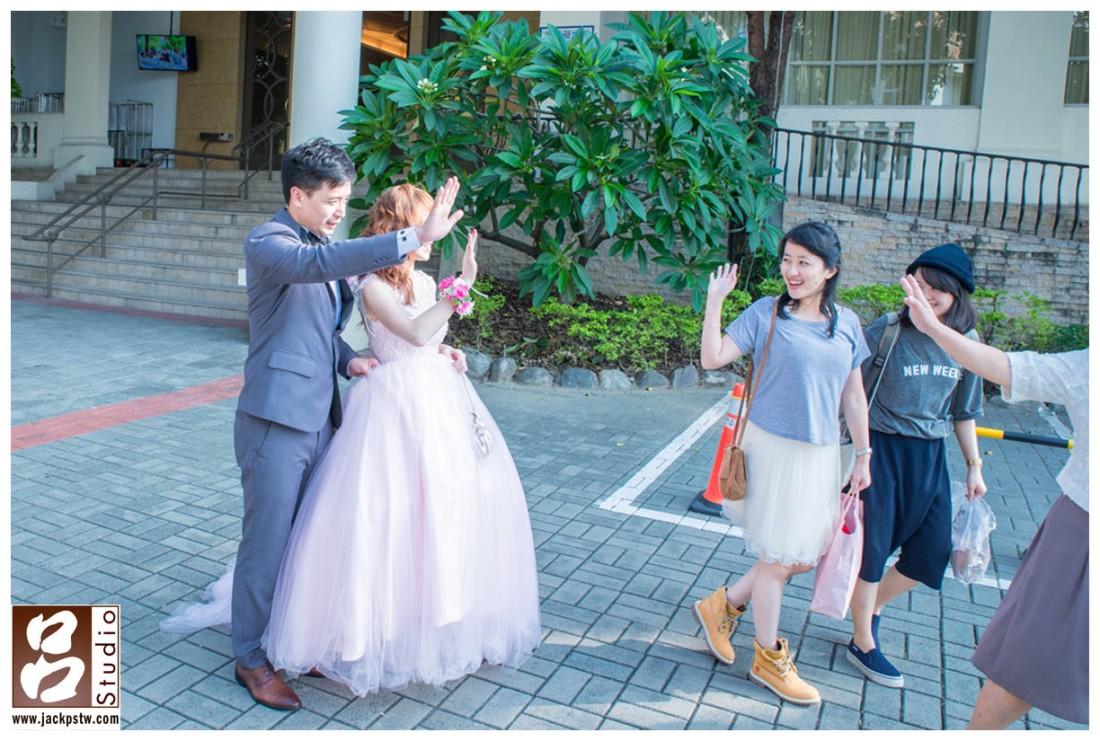 婚宴結束後新人送最後賓客上車的畫面,雖然新娘子臉被擋住,但是我喜歡照片中人物的帶出來感覺和表情,向這樣真誠的表情是沒辦法假裝的
