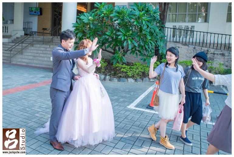 雖然這張照片構圖不完美,新娘子也被擋到,但是照片中賓客真誠的表情,是沒辦法在裝出來的,短短這一秒內的機會。