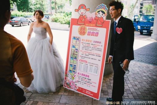 2015-高雄集團婚禮-當天照片: 準新人當天到巨蛋大門報到,外頭一些刊板,小東西,滿多人會在這邊拍類婚紗。