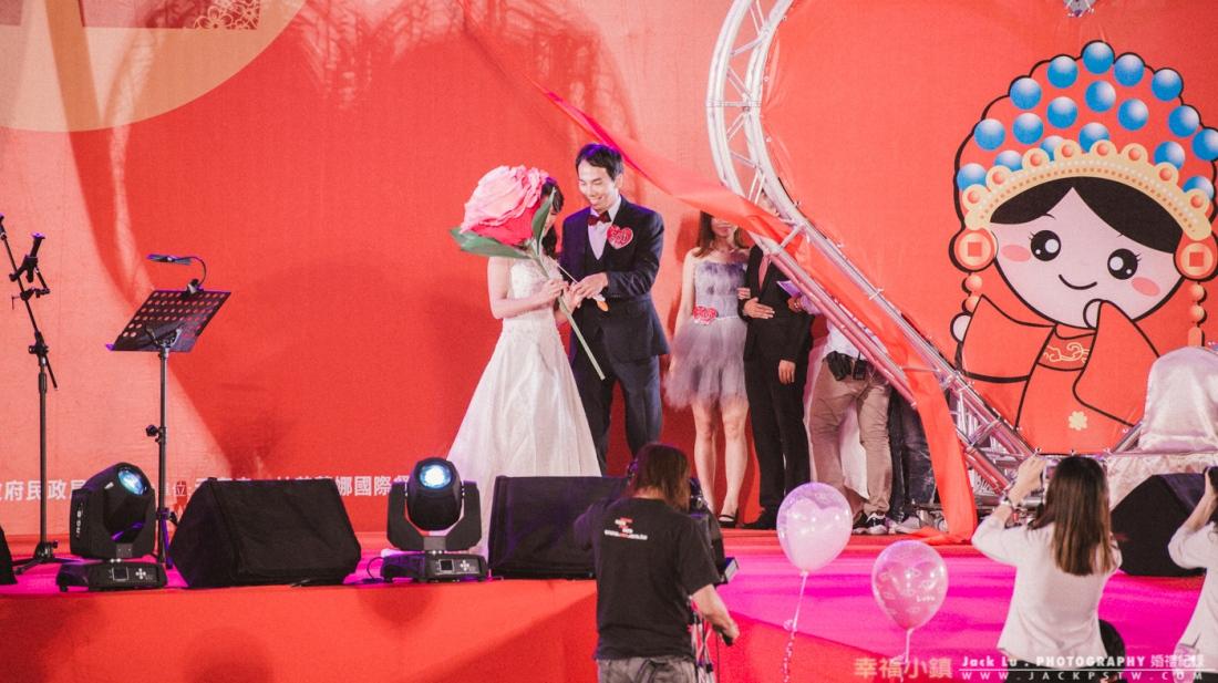 典禮開始,新人陸續進場,會先走到主舞台擺個pose讓攝影大哥拍一些照,滿多新人都會準備道具