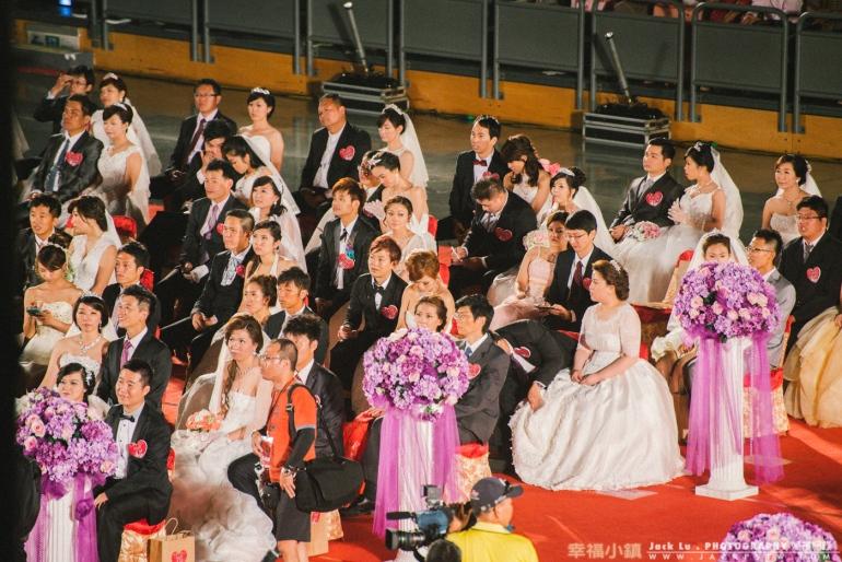 最後拍大合照會要求大家坐在座位,官方攝影師從舞台上拍向180對新人的方向