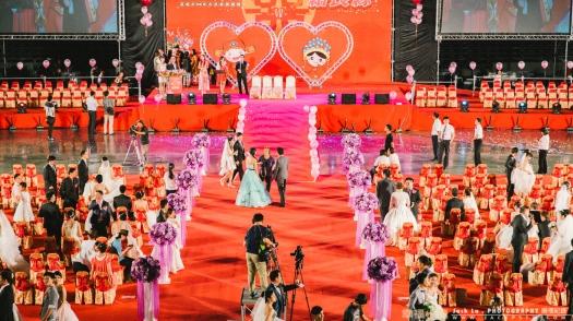 台上長官致詞完,新人就可以自由活動,左右有幾個刊板,官方都會指排一個攝影師在下拍照每對的合照,現在新人自己親友就可進到舞台內拍攝。