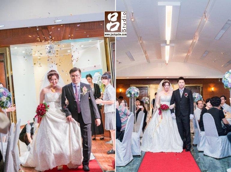 新娘子看到好多親友露出微笑
