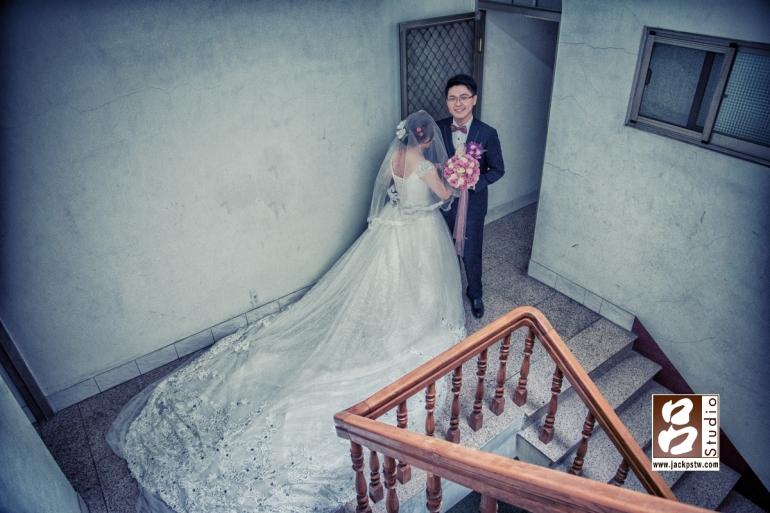 在新娘家拍張裙擺的畫面