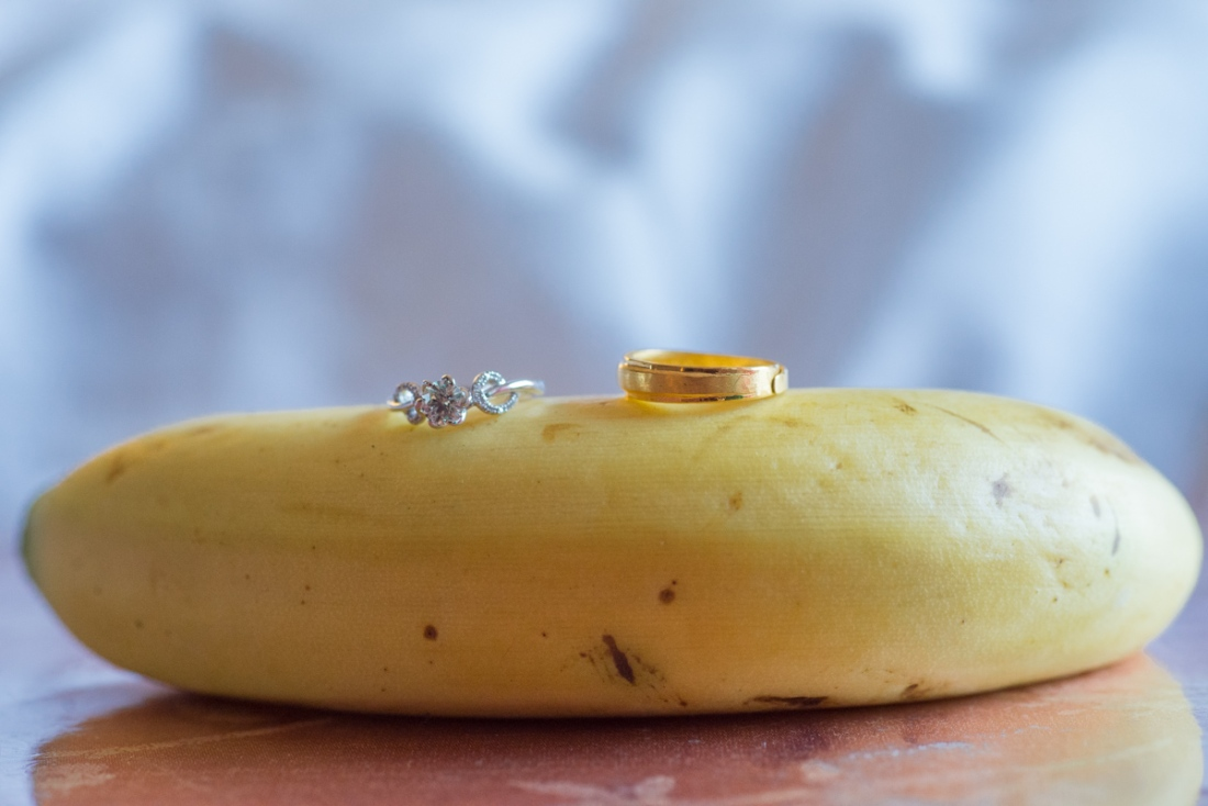 新娘父親怕女兒早餐都沒吃,拿了很多早餐回來,爸爸塞了給我香蕉,我也隨手拿起拍攝把戒環放在香蕉上
