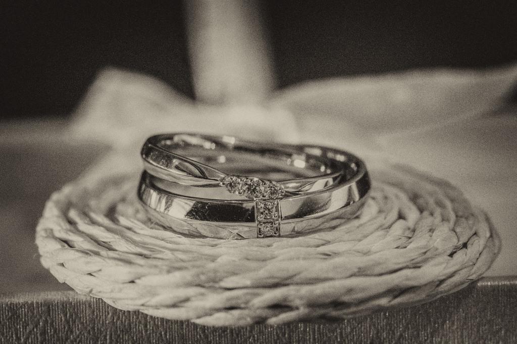 新娘新郎婚戒在下面東西,是二次進場的小禮物