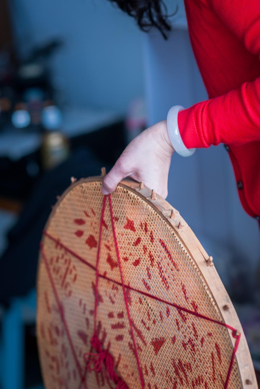 媒婆手拿的米篩(米胎)的特寫局部照片,其實新娘在溝通時就很希望小呂能拍攝多點特寫照,當天花了滿多時間在拍攝局部照