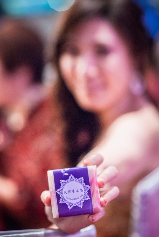 新娘自己親手的香皂,要送給當天賓客,特別要求小呂把她拍霧掉